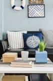 Conception de salon avec le mur bleu Images stock