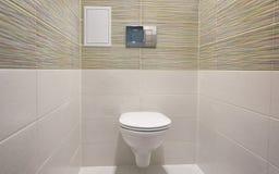 Conception de toilette avec la toilette intégrée La toilette intégrée est faite comme installation, tous les éléments, excepté la photographie stock