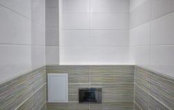 Conception de toilette avec la toilette intégrée La toilette intégrée est faite comme installation, tous les éléments, excepté la images stock