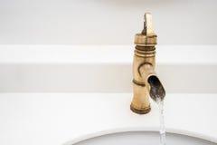 Conception de vintage de robinet en laiton sur le lavabo Image libre de droits
