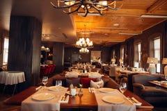 Conception en bois dans le restaurant classique avec des verres sur la table Photographie stock