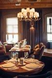 Conception en bois dans le restaurant classique avec des verres sur la table Photographie stock libre de droits
