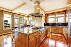 Conception en bois moderne de pièce de cuisine avec le plancher en bois dur, île, g Photographie stock