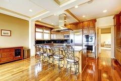 Conception en bois moderne de pièce de cuisine avec le plancher en bois dur, île, m Photo libre de droits