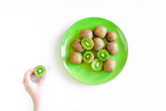 Conception exotique de fruit avec le kiwi découpé en tranches du plat sur la vue supérieure de fond blanc de table images libres de droits