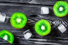 Conception exotique de fruit avec le kiwi sur la vue supérieure de fond en bois foncé Photo stock