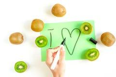 Conception exotique de fruit avec le kiwi sur le modèle blanc de vue supérieure de fond Image stock
