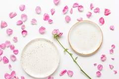 Conception florale de ressort avec des pétales de rose dans la maquette de vue supérieure de lumière molle Images libres de droits