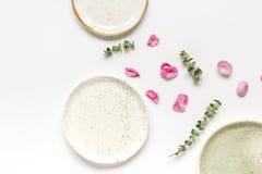 Conception florale de ressort avec des pétales de rose dans la maquette de vue supérieure de lumière molle Photos libres de droits