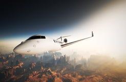 Conception générique de luxe brillante blanche de photo Jet Flying privée en ciel sous la surface terrestre Coucher du soleil de  Images libres de droits