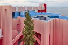Conception géométrique de bâtiment Le mur rouge, La Manzanera Calpe photographie stock