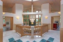 Conception grande chic de foyer d'entrée avec le double escalier dégrossi photo libre de droits