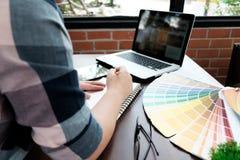 Conception graphique et échantillons et stylos de couleur sur un bureau Architectu image libre de droits