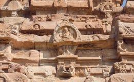 Conception indienne de soulagement sur les temples du 7ème siècle dans Pattadakal de Karnataka, Inde Site de patrimoine mondial d images stock