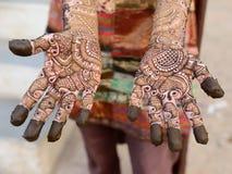 Conception indoue de henné sur des mains des femmes de l'Inde Photographie stock