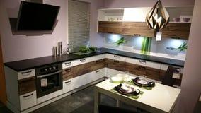 Conception intérieure à la maison : meubles modernes de cuisine Photo stock