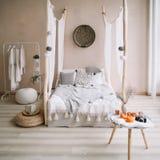 Conception intérieure à la maison moderne Intérieur exotique de chambre à coucher, style scandinave photographie stock