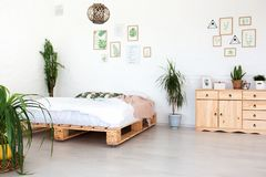 Conception intérieure confortable de studio moderne dans le style scandinave Une salle énorme spacieuse en couleurs les couleurs  images stock