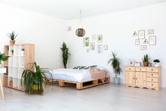Conception intérieure confortable de studio moderne dans le style scandinave Une salle énorme spacieuse en couleurs les couleurs  image stock