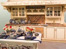 Conception intérieure de belle cuisine faite sur commande en bois photo stock