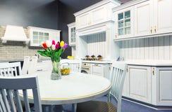 Conception intérieure de belle cuisine faite sur commande en bois Photos libres de droits