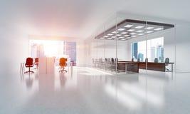 Conception intérieure de bureau dans la couleur de whire et rayons de lumière de fenêtre Photographie stock libre de droits