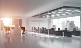 Conception intérieure de bureau dans la couleur de whire et rayons de lumière de fenêtre Photo libre de droits