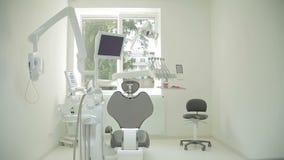 Conception intérieure de clinique dentaire avec la chaise et les outils Bureau dentaire vide contemporain avec la chaise et l'équ clips vidéos