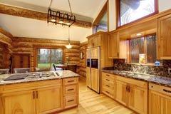 Conception intérieure de cuisine de carlingue de rondin avec des coffrets de couleur de miel images stock