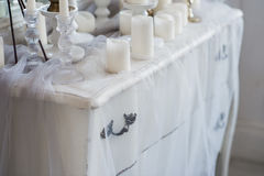 Conception intérieure de la pièce blanche avec de belles fleurs sur la table servie Grand miroir classique créatif au Image stock