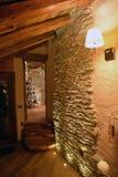Conception intérieure de maison alpine de montagne L'atmosphère moderne et traditionnelle Images libres de droits