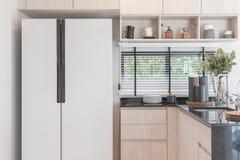 Conception intérieure de nouvelle cuisine en bois décorée dans la maison de luxe Photo libre de droits