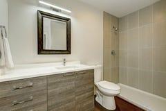 Conception intérieure de nouvelle salle de bains grise Photographie stock