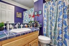 Conception intérieure de salle de bains bleue Photographie stock libre de droits