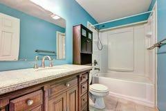 Conception intérieure de salle de bains bleue en appartement Photos libres de droits