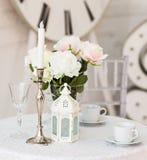 Conception intérieure de salon blanc avec le vase à fleur artificielle image libre de droits