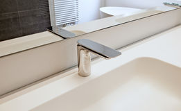 Conception intérieure de style moderne d'une salle de bains Photographie stock libre de droits