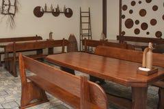 Conception intérieure du café avec les tables et les chaises en bois images libres de droits