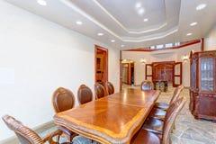 Conception intérieure lumineuse de luxe de salle à manger de manoir image stock