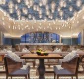 Conception intérieure moderne d'un restaurant, style arabe avec les poutres arquées et plafonnier de bougie, scène de nuit, fleur photo libre de droits