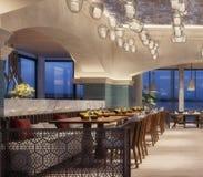 Conception intérieure moderne d'un restaurant, style arabe avec les poutres arquées et plafonnier de bougie, scène de nuit, fleur photographie stock