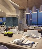Conception intérieure moderne d'un restaurant, style arabe avec les poutres arquées et plafonnier de bougie, scène de nuit, fleur images libres de droits