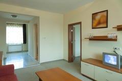 Conception intérieure : petite chambre d'hôtel moderne avec la TV Image stock
