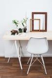 Conception intérieure scandinave élégante, espace de travail blanc Photo stock
