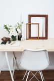 Conception intérieure scandinave élégante, espace de travail blanc Image libre de droits