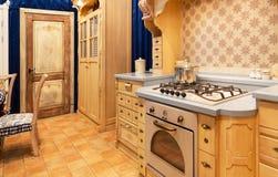 Conception intérieure de belle cuisine faite sur commande en bois Photographie stock libre de droits