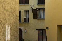 Conception méditerranéenne d'architecture de paintet de vintage de maison de scène jaune de rue photo stock