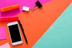 Conception minimale créative - configuration plate d'espace de travail Images stock