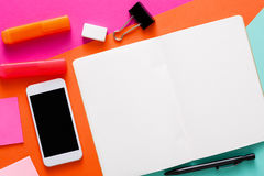 Conception minimale créative - configuration plate d'espace de travail Photo stock