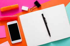 Conception minimale créative - configuration plate d'espace de travail Image libre de droits